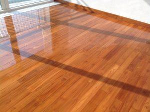 Bề mặt sàn gỗ được phủ bóng tăng thêm vẻ sang trọng cho nội thất