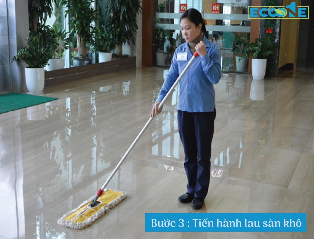 Bước 3: Tiến hành lau sàn khô