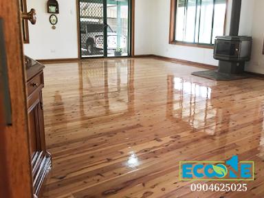 Tại sao cần phủ bóng sàn gỗ thường xuyên